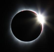 900px-SolarEclipseDiamondRing-corvallisOR-2017-08-21.jpg